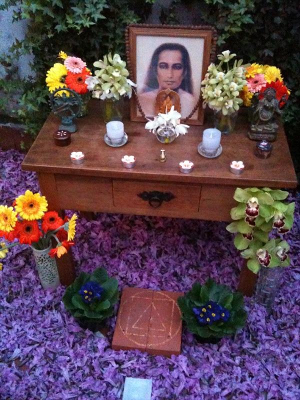 Foto tirada no jardim de minha casa, durante o Guru Purnima de 2010