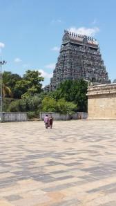 Um dos gopurams (torres) do Templo de Chidambaram. O gopuram é uma estrutura arquitetônica típica dos templos do sul da Índia. Chidambaram possui quatro, dispostos nos quatro lados da gigantesca muralha retangular, e orientados segundo os pontos cardeais. Há um único lugar, no pátio interno do templo, a partir do qual é possível ver os quatro gopurams ao mesmo tempo. Foto de Márcia Micheli.