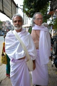 Esta foto foi feita por Hilda Champion no momento em que eu me dirigia ao Templo de Chidambaram, no estado de Tamil Nadu, sul da Índia. Logo atrás de mim, aparece Douglas Bailey. A alemã Hilda e o americano Douglas, dois participantes de nosso grupo internacional de kriyabans (praticantes de kriya yoga), foram alguns dos amigos que fiz nessa viagem. Dedicado a Shiva, Chidambaram é um dos templos mais antigos e afamados da Índia. Grandes iogues, como o siddha (iogue perfeito) Tirumular, alcançaram a iluminação meditando em Chidambaram. No Sancta Sanctorum do templo, Shiva é reverenciado de três maneiras: como Akasha (éter ou espaço), como Lingam (pilar fálico) e como Nataraja (bailarino cósmico). A elegante estátua do Shiva Nataraja de Chidambaram, uma das maravilhas da arte do período Chola, tornou-se o protótipo para incontáveis imagens de Shiva produzidas desde então. Os homens são aconselhados a usar trajes tradicionais para entrar no templo.