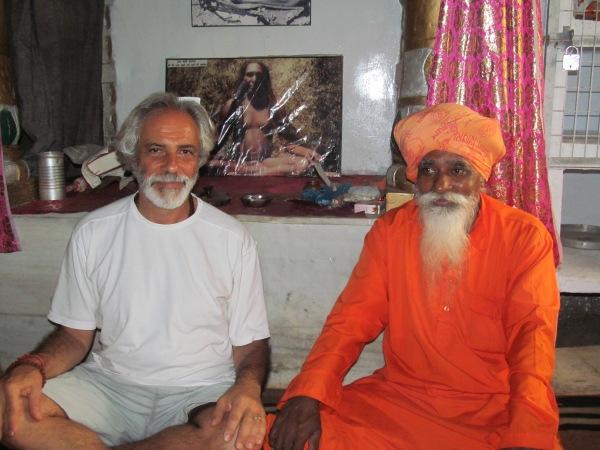 Com o swami Shankardas, em Rishikesh. A fotografia ao fundo é de Tatwalla Baba, o célebre guru de Shankardas. E esta foto foi feita por meu amigo Jean Lacombe.