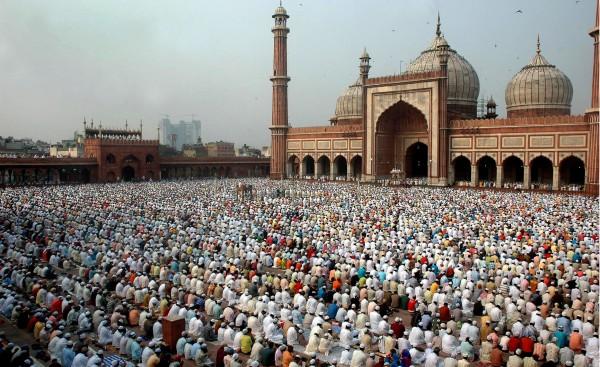 Visitei Jama Masjid em 2010. Mas, na ocasião, essa mesquita, que é a maior da Índia, estava quase vazia. Ela tem capacidade para abrigar 25 mil pessoas em seu pátio. Foi construída pelo famoso Shah Jahan entre 1644 e 1656.